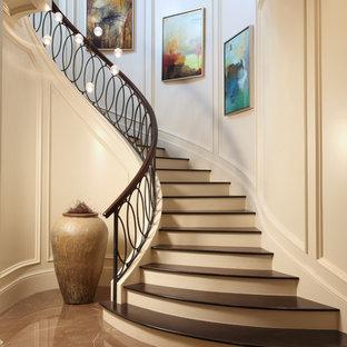 Réalisation d'un escalier courbe tradition avec des marches en bois, des contremarches en bois peint et un garde-corps en matériaux mixtes.