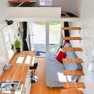 Modelo de escalera suspendida, contemporánea, pequeña, con escalones de madera y contrahuellas de madera