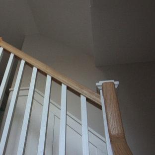 Foto de escalera en L, romántica, grande, con contrahuellas de madera, escalones de madera y barandilla de madera