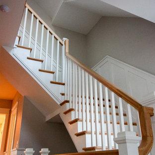 """Idee per una grande scala a """"L"""" shabby-chic style con alzata in legno, pedata in legno e parapetto in legno"""