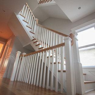 Imagen de escalera en L, romántica, grande, con contrahuellas de madera, escalones de madera y barandilla de madera