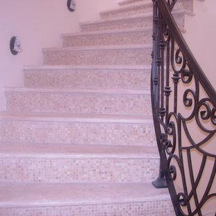 ロサンゼルスの地中海スタイルのおしゃれな階段の写真