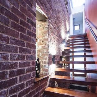Imagen de escalera suspendida, pequeña, con escalones de madera y contrahuellas de madera