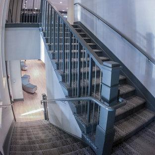 ワシントンD.C.の小さい木のインダストリアルスタイルのおしゃれな折り返し階段 (木の蹴込み板、金属の手すり) の写真