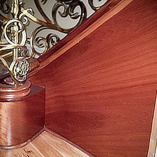 Ispirazione per un'ampia scala sospesa mediterranea con pedata in legno, alzata in legno e parapetto in materiali misti