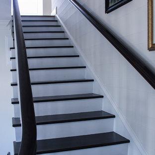 ワシントンD.C.の小さい木のカントリー風おしゃれなかね折れ階段 (木の蹴込み板、木材の手すり) の写真