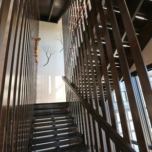 他の地域の中サイズの木のコンテンポラリースタイルのおしゃれなかね折れ階段 (木の蹴込み板) の写真