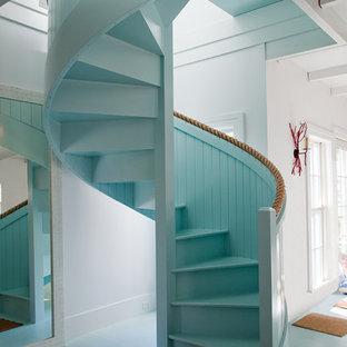 Пример оригинального дизайна: винтовая лестница в морском стиле с крашенными деревянными ступенями и крашенными деревянными подступенками