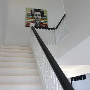 Пример оригинального дизайна: огромная п-образная лестница в стиле современная классика с деревянными ступенями, деревянными подступенками и деревянными перилами