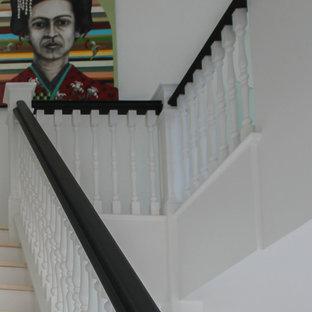 Неиссякаемый источник вдохновения для домашнего уюта: огромная п-образная лестница в стиле современная классика с деревянными ступенями, деревянными подступенками и деревянными перилами