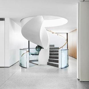 Idee per una scala a chiocciola minimalista con pedata in moquette, alzata in moquette e parapetto in vetro