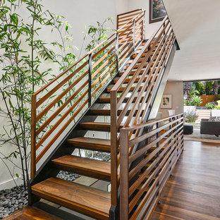Bild på en funkis rak trappa i trä, med öppna sättsteg