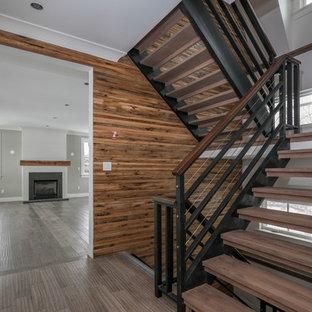 Modelo de escalera suspendida, de estilo de casa de campo, de tamaño medio, sin contrahuella, con escalones de madera y barandilla de madera