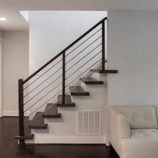 Ejemplo de escalera recta, minimalista, pequeña, con escalones de madera, contrahuellas de madera y barandilla de varios materiales