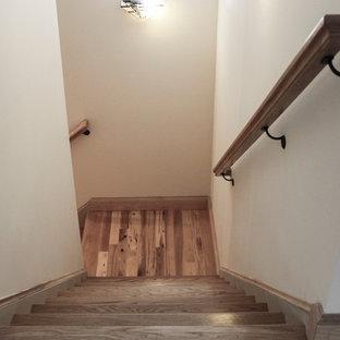 Diseño de escalera recta, rústica, de tamaño medio, con escalones de madera, contrahuellas de madera y barandilla de varios materiales