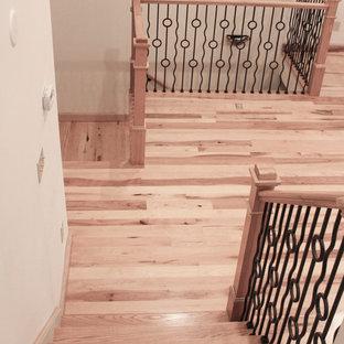 Ispirazione per una scala a rampa dritta stile rurale di medie dimensioni con pedata in legno, alzata in legno e parapetto in materiali misti