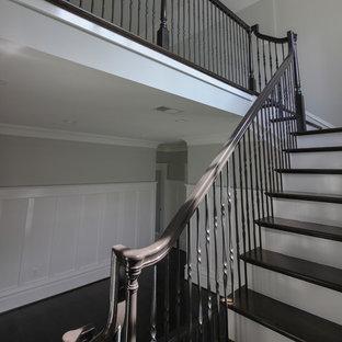 Modelo de escalera suspendida, clásica renovada, grande, con escalones de madera, contrahuellas de madera y barandilla de metal