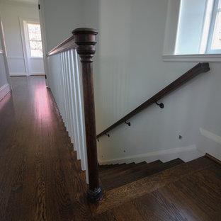Idee per una scala curva tradizionale di medie dimensioni con pedata in legno, alzata in legno e parapetto in metallo