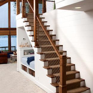 Ejemplo de escalera recta, marinera, de tamaño medio, con escalones de madera y contrahuellas de madera pintada