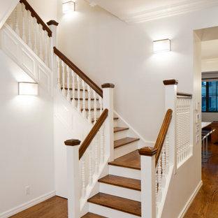 """Esempio di una scala a """"U"""" minimalista con pedata in legno, alzata in legno verniciato e parapetto in legno"""