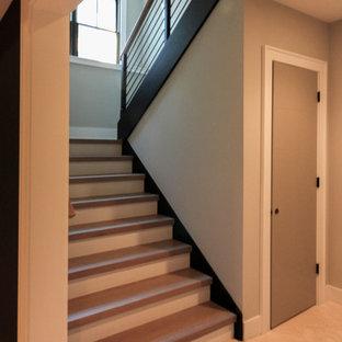 Diseño de escalera suspendida, minimalista, grande, con escalones de madera y barandilla de metal