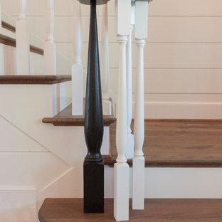 Foto di una grande scala a rampa dritta stile shabby con pedata in legno, alzata in legno e parapetto in legno