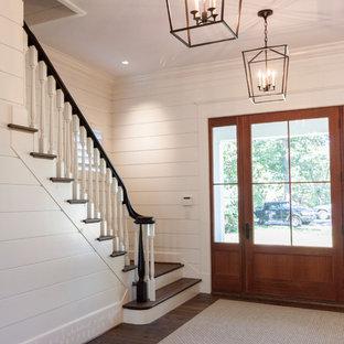 Imagen de escalera recta, romántica, grande, con escalones de madera, contrahuellas de madera y barandilla de madera