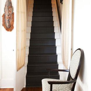 Foto de escalera recta, bohemia, de tamaño medio, con escalones de madera pintada y contrahuellas de madera pintada