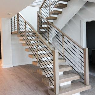 ワシントンD.C.の大きい木のコンテンポラリースタイルのおしゃれな折り返し階段 (ワイヤーの手すり) の写真