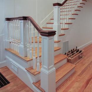 Modelo de escalera en U, de estilo americano, de tamaño medio, con escalones de madera, contrahuellas de madera y barandilla de madera