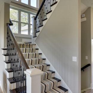 Ejemplo de escalera en U, tradicional renovada, de tamaño medio, con escalones de madera, contrahuellas de madera pintada y barandilla de varios materiales