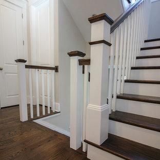 Bild på en mellanstor funkis u-trappa i travertin, med sättsteg i trä och räcke i trä