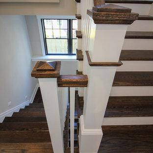 Modelo de escalera en U, moderna, de tamaño medio, con escalones de travertino, contrahuellas de madera y barandilla de madera