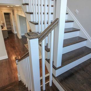 Ejemplo de escalera en U, moderna, de tamaño medio, con escalones de travertino, contrahuellas de madera y barandilla de madera