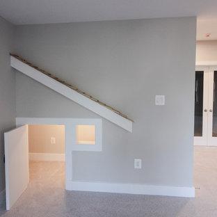 Modelo de escalera en U, minimalista, de tamaño medio, con escalones de travertino, contrahuellas de madera y barandilla de madera