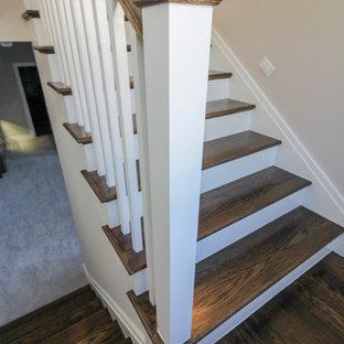 Diseño de escalera en U, moderna, de tamaño medio, con escalones de travertino, contrahuellas de madera y barandilla de madera