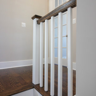 """Idee per una scala a """"U"""" minimalista di medie dimensioni con pedata in travertino, alzata in legno e parapetto in legno"""