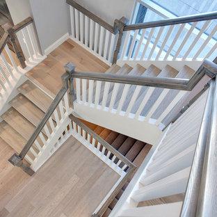 Diseño de escalera suspendida, tradicional renovada, con escalones de madera y contrahuellas de madera pintada
