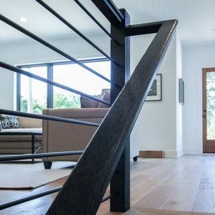ワシントンD.C.の大きい木のモダンスタイルのおしゃれな直階段 (木の蹴込み板、混合材の手すり) の写真