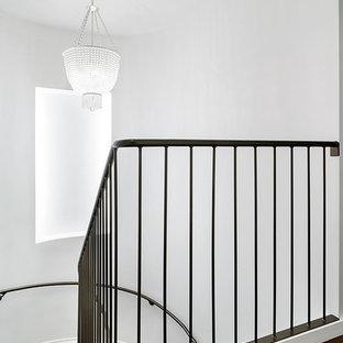 Imagen de escalera curva tradicional renovada