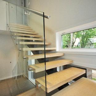 他の地域の大きい木のモダンスタイルのおしゃれなフローティング階段 (金属の蹴込み板) の写真