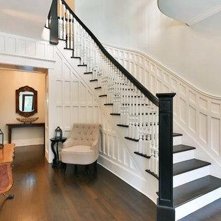Gewendelte Klassische Holztreppe mit Holz-Setzstufen und Holzgeländer in New York