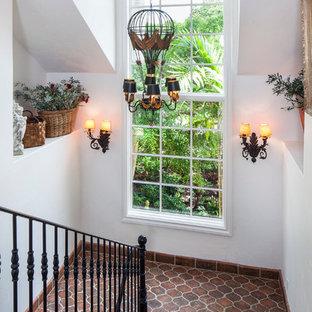 Foto de escalera en U, mediterránea, con escalones con baldosas y contrahuellas con baldosas y/o azulejos