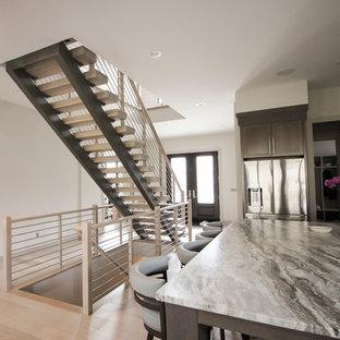 Ejemplo de escalera suspendida, contemporánea, de tamaño medio, con escalones de madera y barandilla de metal