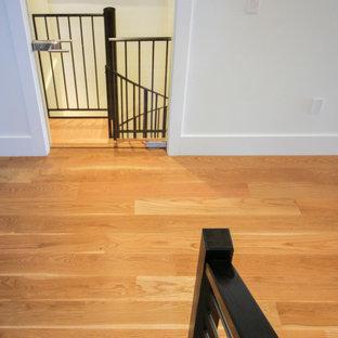 Idee per una grande scala a chiocciola contemporanea con pedata in legno, alzata in legno e parapetto in materiali misti