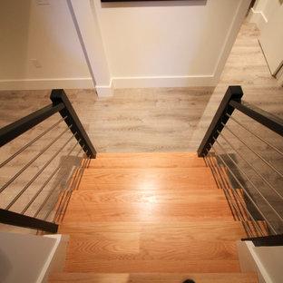 Ispirazione per una grande scala a chiocciola minimal con pedata in legno, alzata in legno e parapetto in materiali misti