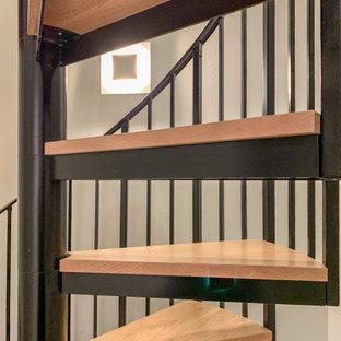 ワシントンD.C.の大きい木のコンテンポラリースタイルのおしゃれならせん階段 (木の蹴込み板、混合材の手すり) の写真