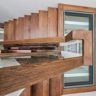 Ejemplo de escalera suspendida, contemporánea, extra grande, sin contrahuella, con escalones de vidrio