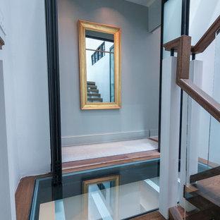Foto di un'ampia scala sospesa contemporanea con pedata in vetro, nessuna alzata e parapetto in vetro