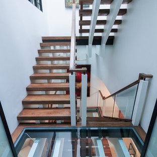 Inspiration för en mycket stor funkis flytande trappa i glas, med öppna sättsteg och räcke i glas